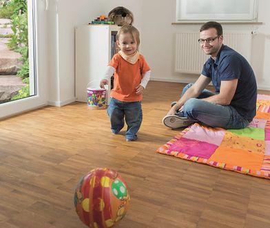 Jak dbać o drewnianą podłogę wykończoną lakierem?