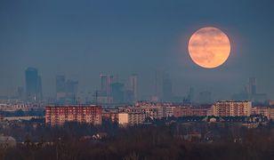 Niezwykły Różowy Księżyc to tylko jedno z ciekawych zjawisk astronomicznych, jakie będziemy mogli zobaczyć na niebie w tym tygodniu