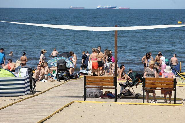 Na plaży dostępne są m.in. baldachimy