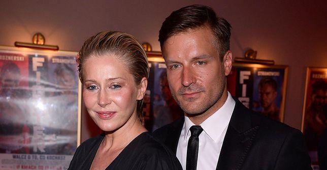 Katarzyna Warnke i Piotr Stramowski na spacerze z córką
