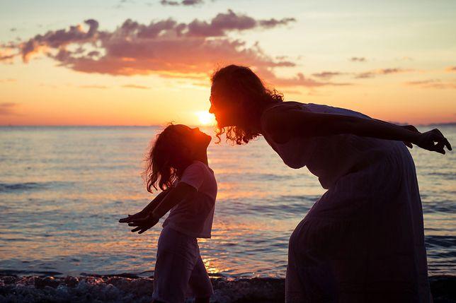 Panna z dzieckiem pozna tatusia. Pytamy mężczyzn, czy zdecydowaliby się związać z młodą matką