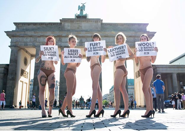Nagi protest przed Bramą Brandenburską