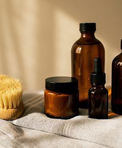 Olej jojoba. Jakie są jego właściwości i jak działa na skórę oraz włosy? Skorzystaj z popularnego specyfiku
