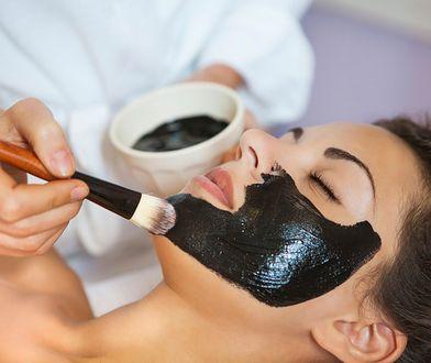 Maseczki na wągry z czarnego węgla mogą wysuszać skórę, nie rób ich więc za często