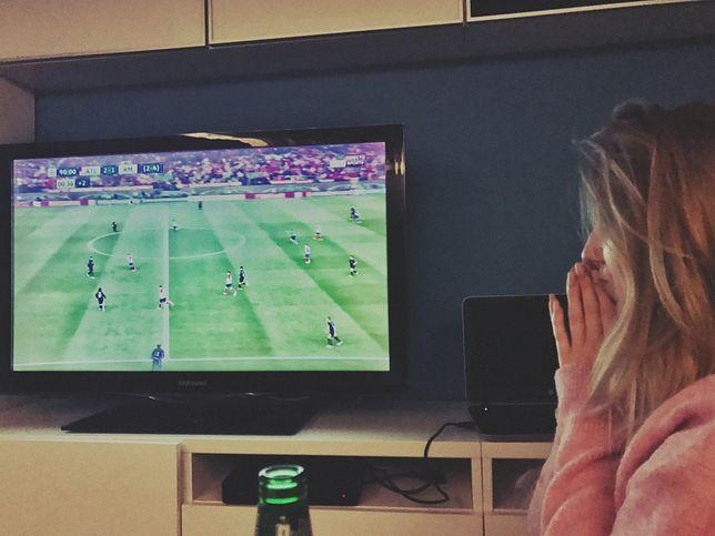 Sylwia kibicuje przed telewizorem