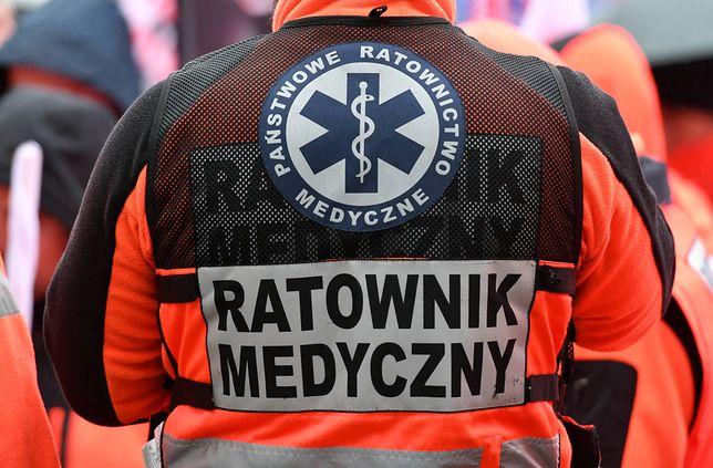 Ratownicy zatrzymali ambulans, by poprawić mężczyźnie opatrunek
