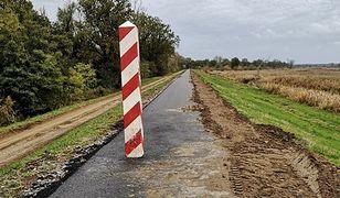 Słupy graniczne stoją niemal na środku nowo wybudowanej drogi rowerowej