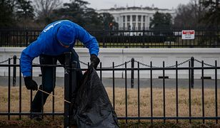 Wolontariusz zbiera śmieci przed Białym Domem