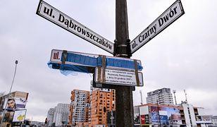 Zmiana nazw ulic wywołała wiele kontrowersji. W nocy ktoś zakleił tablice z nową nazwą