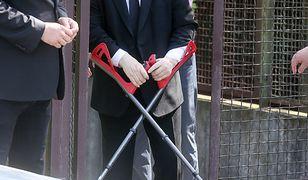 Jarosław Kaczyński musiał chodzić o kulach