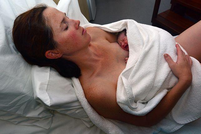"""""""Baby seeding"""" to przetarcie noworodka gazą nasączoną wydzieliną z pochwy"""