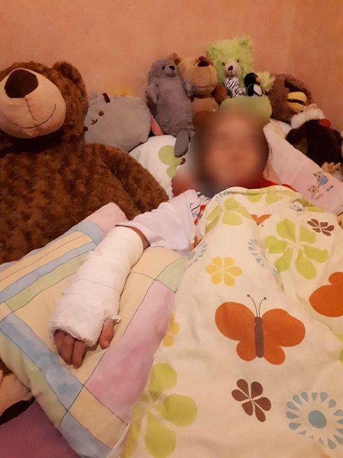 """Lekarz zalecił poszkodowanej dziewczynce """"oszczędny tryb życia"""": dużo odpoczynku, ograniczenie zabawy"""