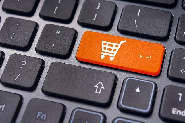 Bezpieczne zakupy przez internet. Co dzień wybierają się na nie tysiące Polaków