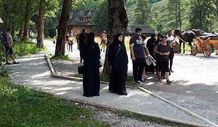 Widok muzułmanów rozdających dzieciom pieniądze może niektórych Polaków nieźle zdziwić