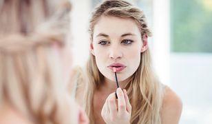 Szybki sposób na rozświetlający make-up. Będziesz wyglądać jak po urlopie