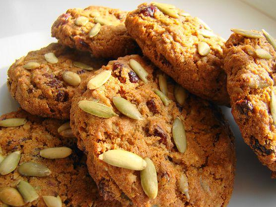 Orzechy są źródłem witaminy E oraz zdrowych kwasów tłuszczowych. Dodaj je do ciasteczek i ciesz się zdrowym deserem bez wyrzutów sumienia