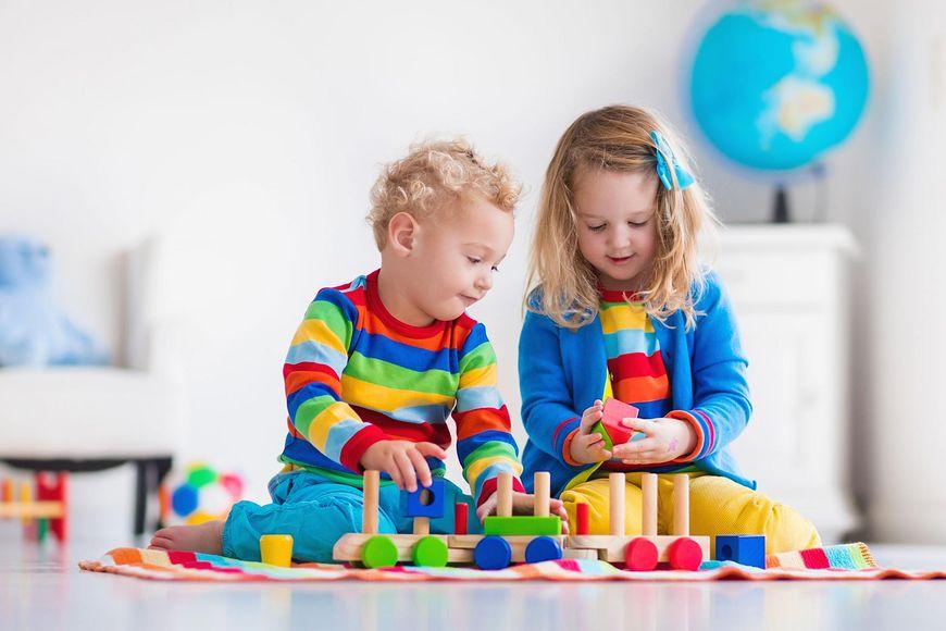 Zabawa klockami rozwija sprawność manualną od najmłodszych lat