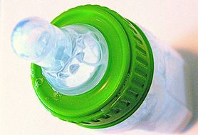 Wybieramy butelkę dla niemowlęcia - sprawdź, na co powinnaś zwrócić uwagę
