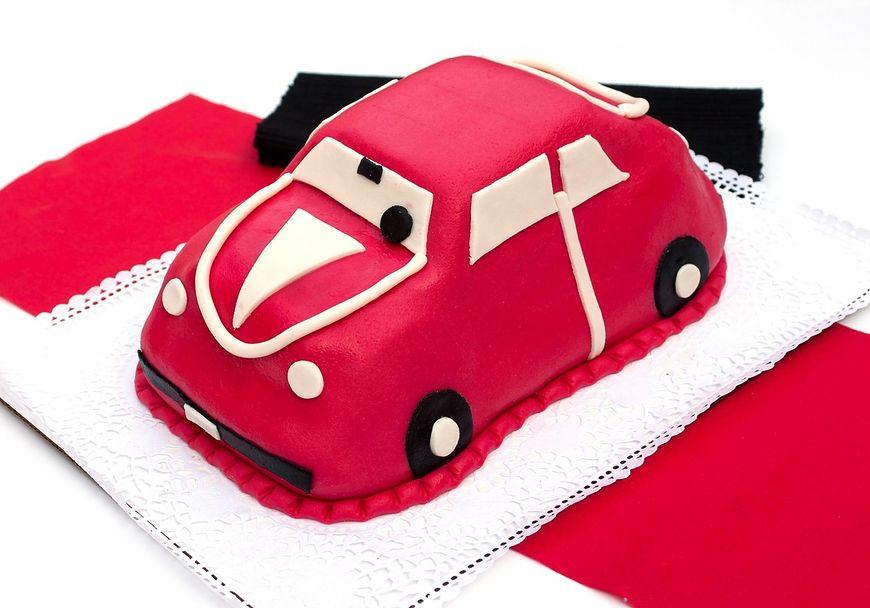 Tort w kształcie samochodu na pewno spodoba się chłopcom