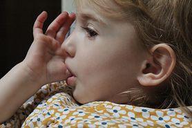 Ssanie kciuka może prowadzić do wad zgryzu. Jak oduczyć dziecko tego nawyku?