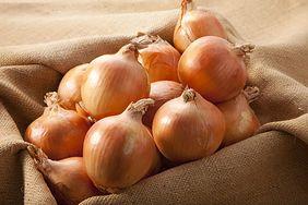 Używasz cebuli w kuchni? Nie wyrzucaj łupin