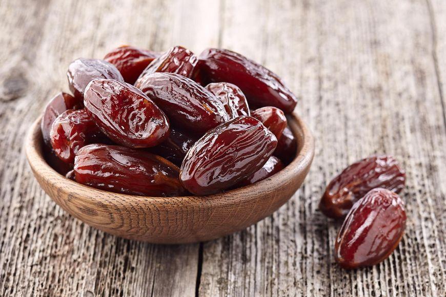Jeśli malec ma ochotę na coś słodkiego, zaproponuj mu miseczkę daktyli czy winogron