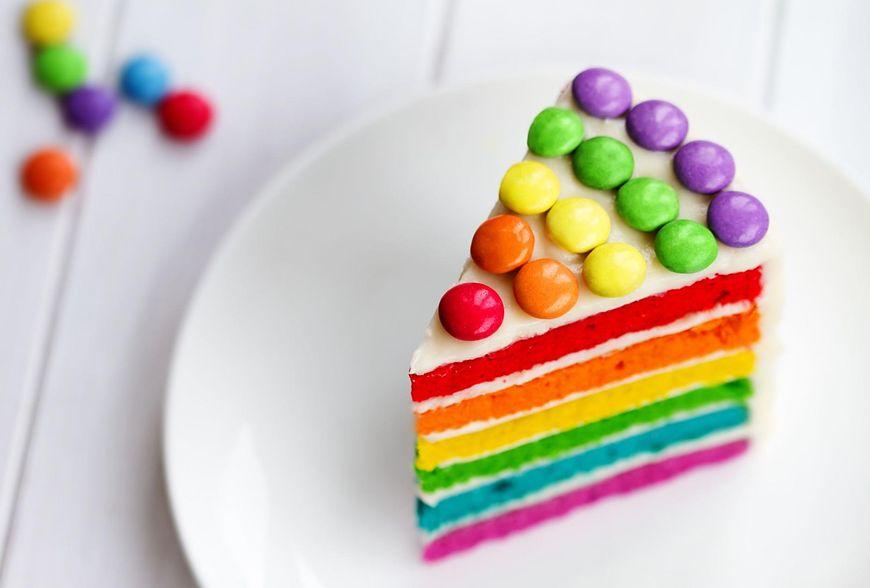 Tort tęczowy wygląda pięknie i kolorowo