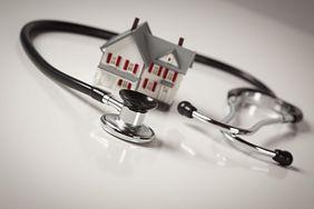 Wizyty lekarskie w domu chorego: w jakich sytuacjach pacjent ma do nich prawo?