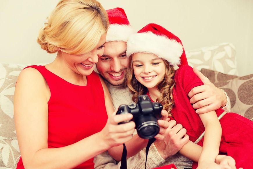 Rodzina robi świąteczne zdjęcia