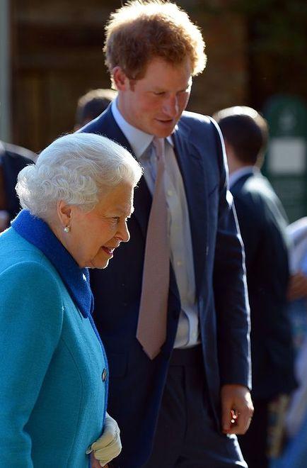Królowa Elżbieta II z wnuczkiem