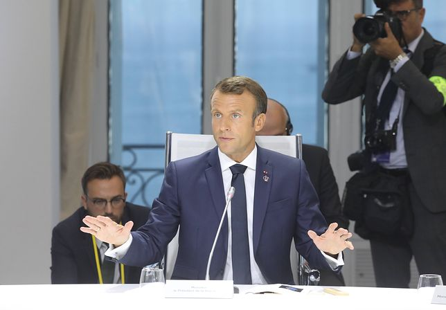 Prezydent Francji Emmanuel Macron w trakcie spotkania poświęconego zmianom klimatycznym na szczycie G7 w Biarritz w poniedziałek