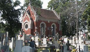 Lipno. Zbiorowa kwarantanna w budynku przy cmentarzu