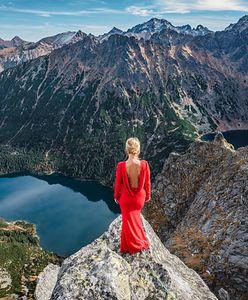 """Pozuje w czerwieni na tle najpiękniejszych miejsc. """"Do hotelowego sejfu wkładam najpierw sukienkę"""""""