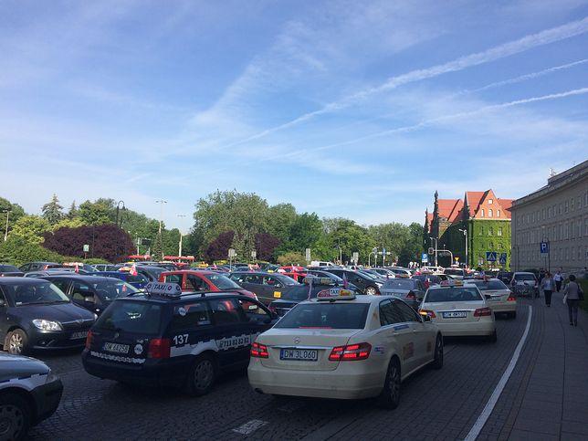 W poniedziałek taksówkarze zablokowali m. in. parking przed Urzędem Wojewódzkim we Wrocławiu