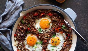 Kasza gryczana z sadzonymi jajkami. Tani i prosty obiad