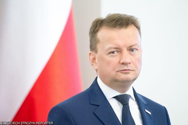 """Szef MON Mariusz Błaszczak wielokrotnie krytykował """"Wyborczą"""", ale na jego biurku ten tytuł się pojawi"""