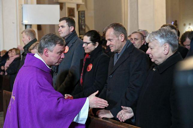 Od prawej: Bogdan Borusewicz, Donald Tusk, oraz ks. Ireneusz Bradtke