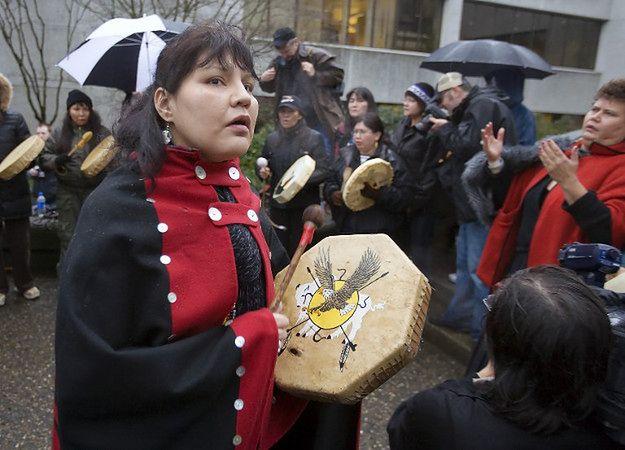 Zgromadzenie przed sądem, gdzie rozpoczynał się proces Roberta Picktona oskarżonego o seryjne mordy, w tym kobiet z rdzennych społeczności; 2007 r.