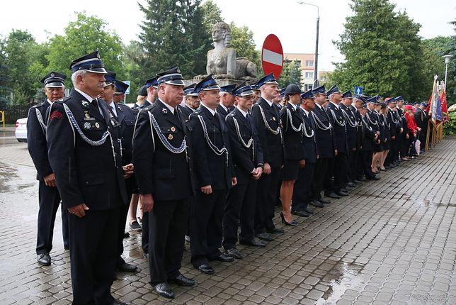 Strażacy musieli w deszczu czekać na wiceministra Jarosława Zielińskiego