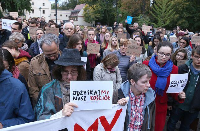 Kraków. Protest pod budynkiem kurii na ul. Franciszkańskiej 3