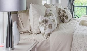 Biała sypialnia: przełam nudę! Pomysły na niebanalną aranżację