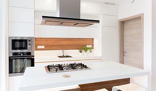 Biała kuchnia nie musi być nudna! Świetnie ożywi ją kilka kontrastowych akcesoriów w tętniącym energią kolorze.