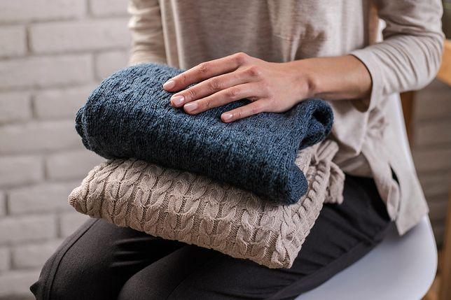 Sweter z grubym splotem wyglada efektownie i jest bardzo wygodnym ubraniem na co dzień