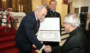 Antoni Macierewicz awansował 132 księży za służbę w Ludowym Wojsku Polskim