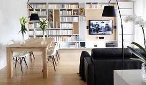 Aranżacja nowoczesnego mieszkania z drewnem i marmurem w roli głównej