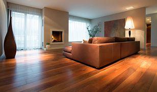 Jeśli chcesz, by podłoga w salonie wyglądała elegancko, a zarazem naturalnie i solidnie, weź pod uwagę lite drewno w postaci desek - tzw. dyli podłogowych.