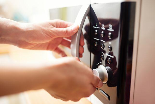 Badania naukowców z Uniwersytetu Harvarda wykazały, że fale elektromagnetyczne szybko niszczą związki białka w posiłkach.