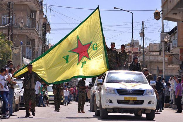 Bojownicy kurdyjskich Ludowych Jednostek Obrony w syryjskim mieście Al-Kamiszli.
