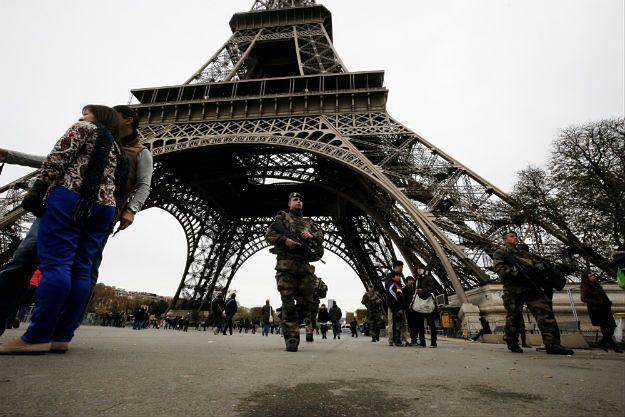 Żołnierze pod Wieżą Eiffla