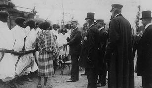 """Cesarz Wilhelm II rozmawia z Etiopczykami """"prezentowanymi"""" w Tierpark Hagenbeck (hamburskim zoo), 1909 r."""